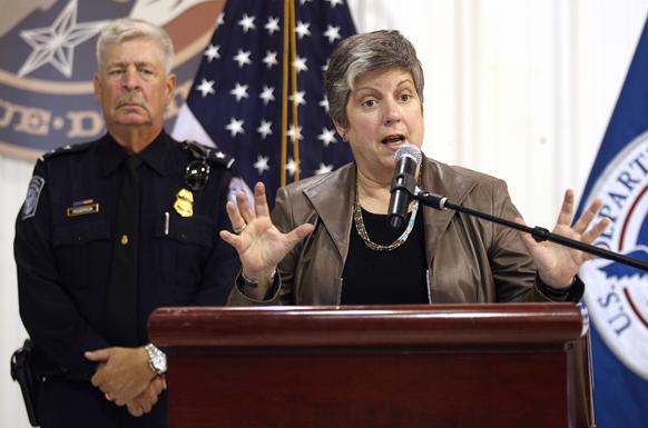 एल पासो में वायु और नेवी विमानशाला के अमेरिकी कस्टम और सीमा संरक्षण कार्यालय में आप्रवासी और सीमा सुरक्षा पर बोलतीं अमेरिकी मंत्री जेनेट नेपोलिटेनो।