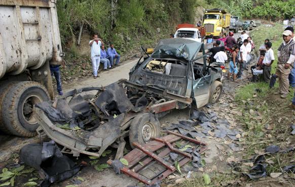 कोलंबिया के एल पालो में रिवोल्यूशनरी आर्म्ड फोर्स ने कार बम ब्लास्ट कर कई वाहनों को क्षतिग्रस्त कर दिया। इस धमाके में एक शख्स की मौत भी हो गई।
