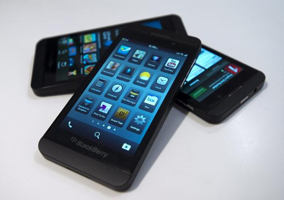 टोरंटो में बिकने को तैयार ब्लैकबेरी जेड-10। ब्लैकबेरी का यह नया फोन तमाम उपयोगी सुविधाओं से लैस है।