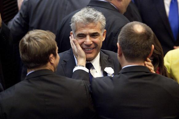 जेरुसलम में इजरायल की नवनिर्वाचित संसद के ओपनिंग सेशन के दौरान येस एटिड पार्टी के नेता येअर लेपिड (बीच में)।