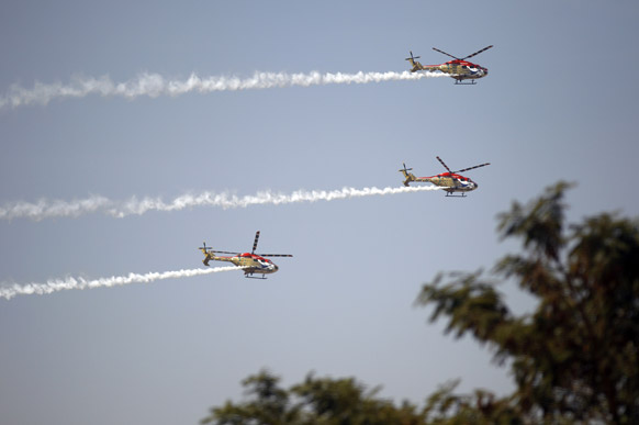 बैंगलोर के येलहंका एयरबेस पर एयरो इंडिया 2013 के रिहर्सल के दौरान भारतीय एयरफोर्स के हेलीकॉप्टर।