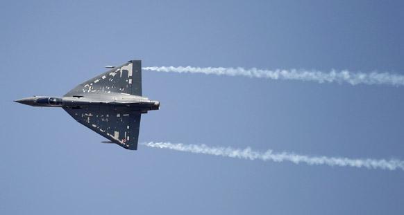 बैंगलोर के येलहंका एयरबेस पर एयरो इंडिया 2013 के रिहर्सल के दौरान भारतीय एयरफोर्स के सिंगल इंजन फाइटर एयरक्राफ्ट तेजस।