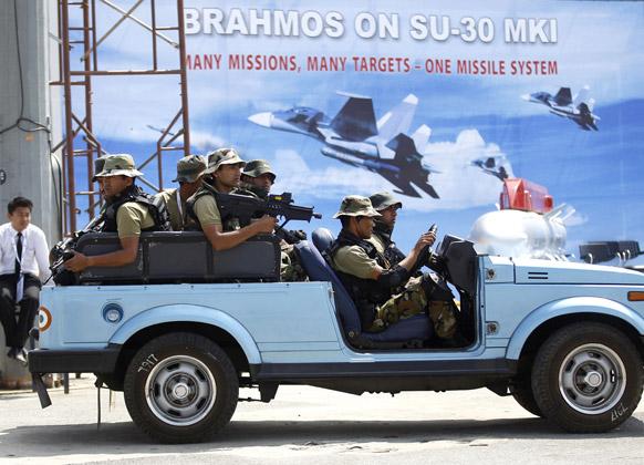 बैंगलोर के येलहंका एयरबेस पर एयरो इंडिया 2013 के रिहर्सल के दौरान भारतीय आर्मी कमांडो पेट्रोलिंग करते हुए।