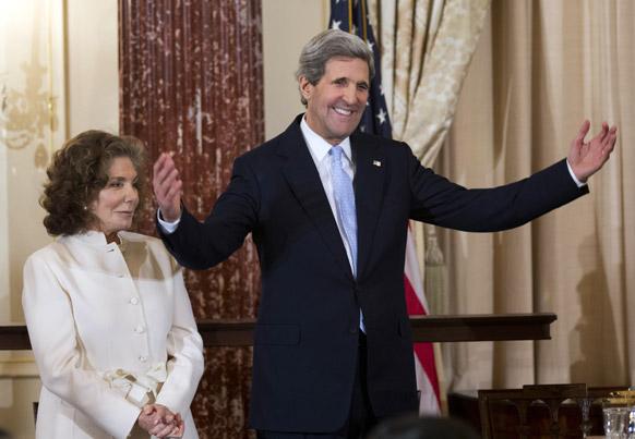 अमेरिकी में सेकेट्री ऑफ स्टेट जॉन केरी अपनी पत्नी के साथ एक समारोह में।