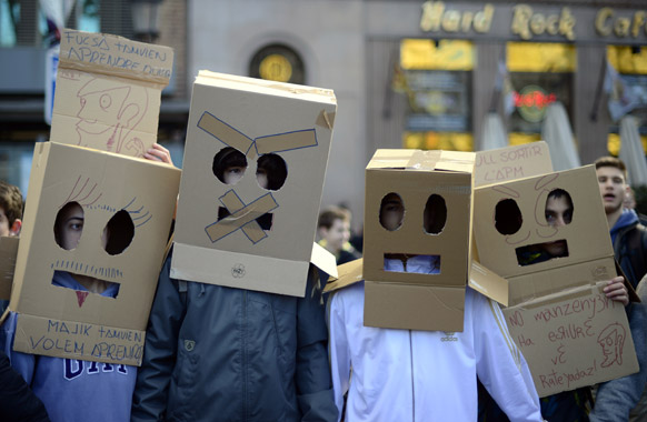 स्पेन के बार्सिलोना में शिक्षा सुधारों के खिलाफ प्रदर्शन करते लोग।