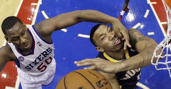 NBA बास्केटबाल के एक मुकाबले का दृश्य।