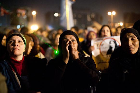 मिस्र के काइरा में यौन हिंसा के खिलाफ प्रदर्शन करती महिलाएं।