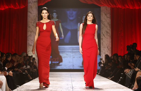 रेड ड्रेस कलेक्शन 2013 का यह मौका सिर्फ लाल और लाल रंग के पोशाकों पर आधारित रहा।