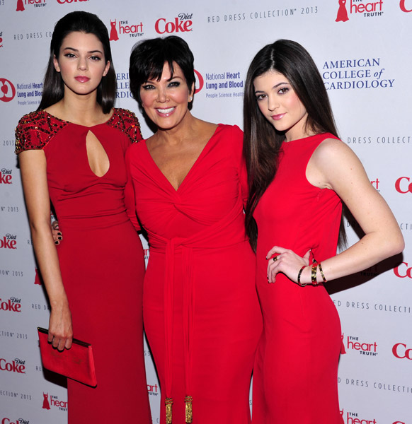 रेड ड्रेस कलेक्शन 2013 के मौके पर एक साथ केंडाल जेनर,क्रिस जेनर और काइली जेनर ।