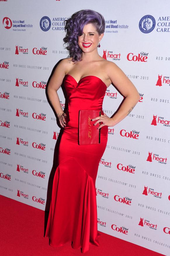 फैशन शो में केली रंगबिरंगे परिधान में दिखी और सभी लाल रंग के थे।