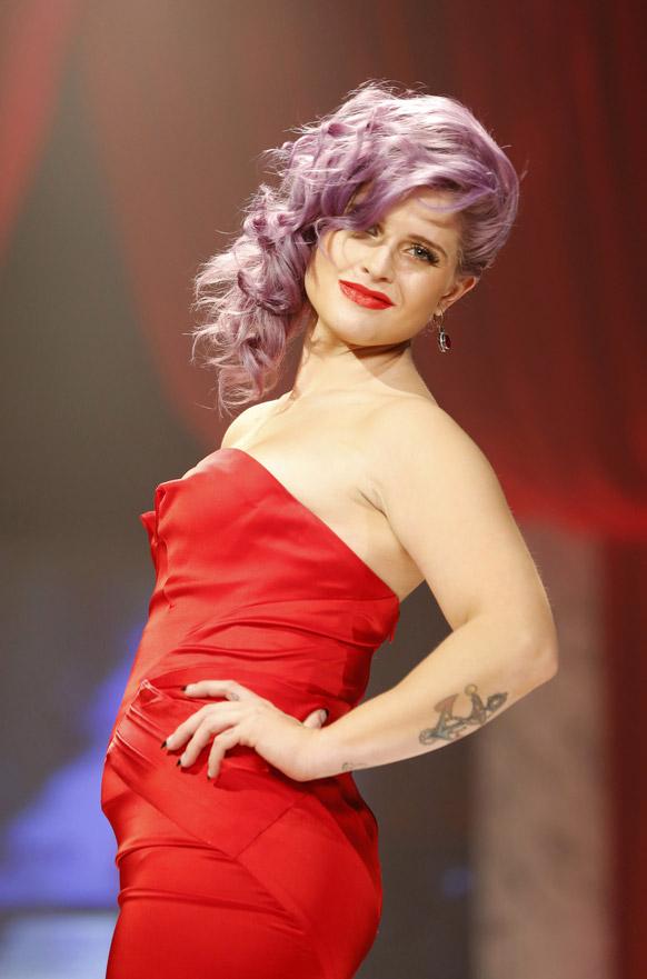 रेड ड्रेस कलेक्शन 2013 के मौक पर कैटवाक करती केली ओसब्रुन ।
