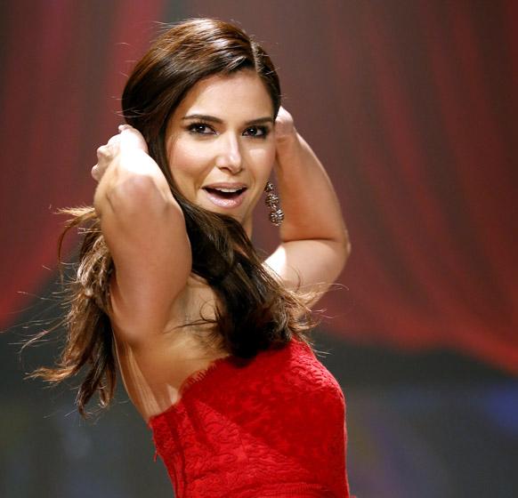 न्यूयॉर्क में रेड ड्रेस कलेक्शन 2013 के फैशन शो में कैटवाक करती रोसलीन सांचेज।