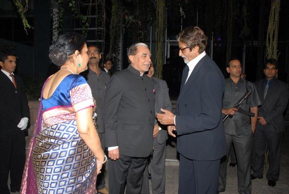 एसेल ग्रुप के चेयरमैन सुभाष चंद्रा से मुखातिब अभिनेता अमिताभ बच्चन।
