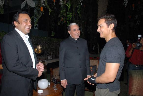 एसेल ग्रुप के चेयरमैन सुभाष चंद्रा के साथ बातचीत करते आमिर खान।
