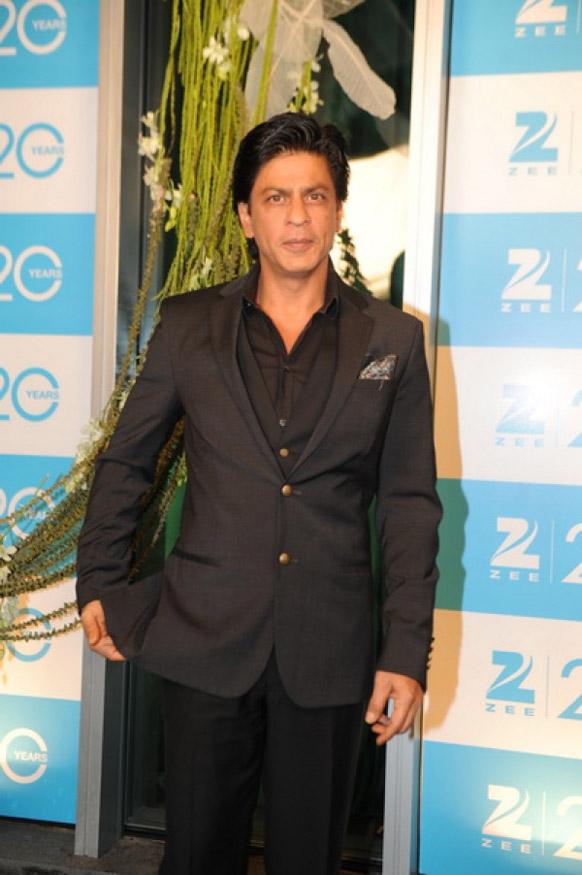 अभिनेता शाहरूख खान फोटोग्राफी के लिए पोज देते हुए।