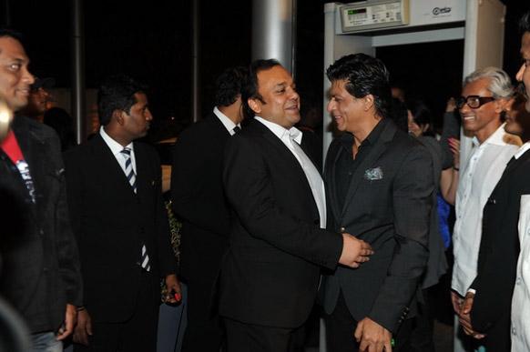 अभिनेता शाहरूख खान बातचीत करते हुए।