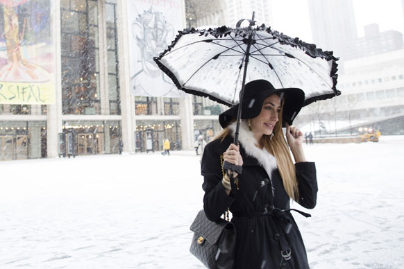 फैशन वीक के दौरान निंकॉन सेंटर से मेट्रोपोलिटन ओपेरा हाउस के सामने स्नोफॉल में खड़ी लॉरेन रे लेवी।
