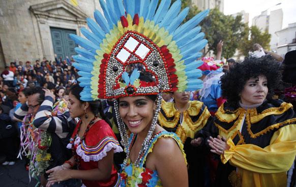 बोलिविया के लापाज में कार्निवल के दौरान मुस्कुराती महिला।