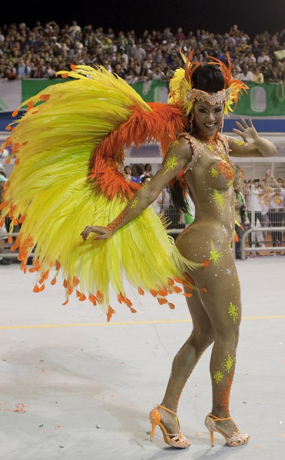 ब्राजील के साओपोलो में कार्निवल परेड के दौरान डांस की प्रस्तुति देती प्रतिभगी।