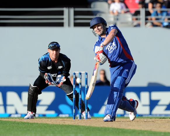 न्यूजीलैंड के ऑकलैंड में टी20 मैच के दौरान न्यूजीलैंड के खिलाफ छक्का लगाते हुए इंग्लैंड के खिलाड़ी लुक राइट।