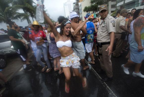 ब्राजील के रियो डि जेनेरो में प्री कार्निवल परेड के दौरान स्ट्रीट में डांस करती प्रतिभागी।