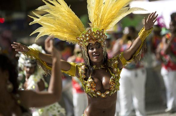 ब्राजील के रियो डि जेनेरो में कार्निवल परेड के दौरान पस्स्टिा या संबा डांसर डियाना प्राडो प्रस्तुति देती हुईं।