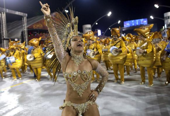 ब्राजील के साओपोलो में कार्निवल परेड के दौरान एकेडमिकोस डो टोटौपे संबा स्कूल की डांसर प्रस्तुति देती हईं।