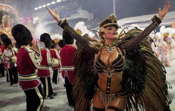 ब्राजील के साओपोलो में कार्निवल परेड के दौरान रोसोस डे ऑरो संबा स्कूल की डांसर प्रस्तुति देती हईं।