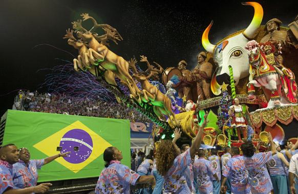 ब्राजील के साओपोलो में कार्निवल परेड के दौरान रोसास डे ऑरो संबा स्कूल के डांसर प्रस्तुति देते हुए।