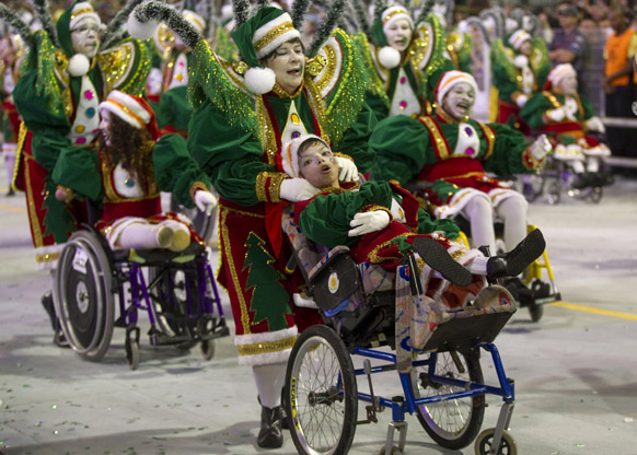 ब्राजील के साओपोलो में कार्निवल परेड के दौरान विकलांग बच्चे अपनी प्रस्तुति देते हुए।