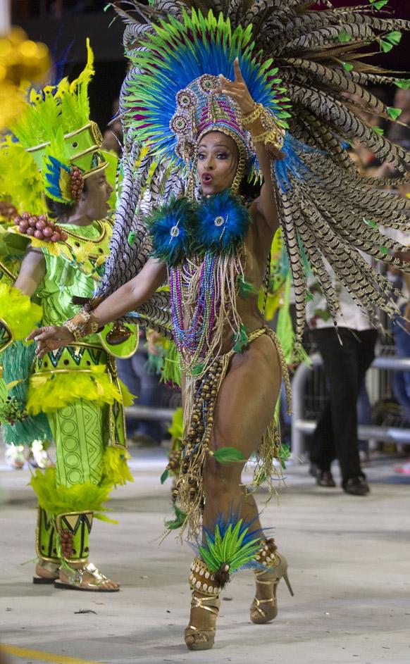 ब्राजील के साओपोलो में कार्निवल परेड के दौरान वे-वे संबा स्कूल की डांसर प्रस्तुति देती हईं।