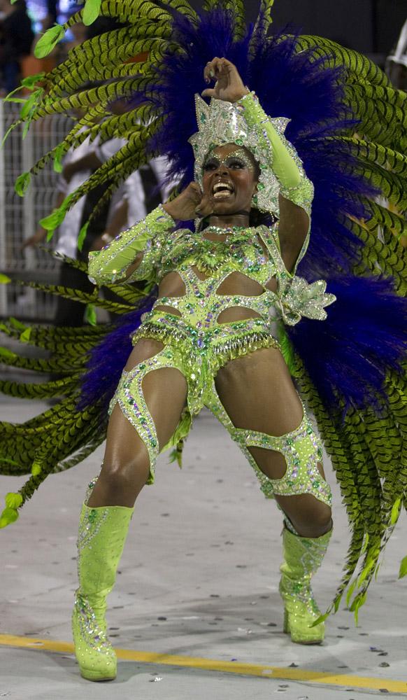 ब्राजील के साओपोलो में कार्निवल परेड के दौरान वाई-वाई संबा स्कूल की डांसर प्रस्तुति देती हईं।