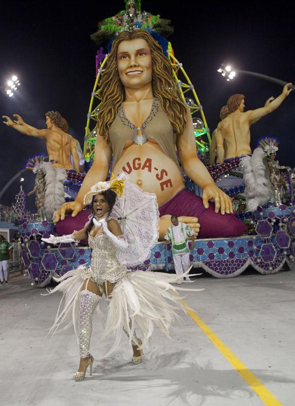 ब्राजील के साओपोलो में कार्निवल परेड के दौरान मंचा वेर्डे संबा स्कूल की डांसर प्रस्तुति देती हईं।