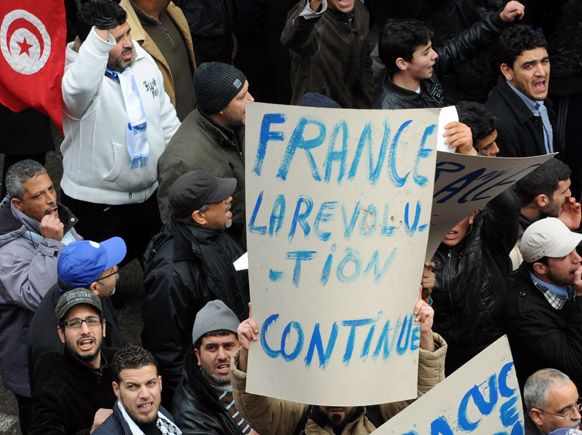 ट्यूनिस में फ्रांस के खिलाफ प्रदर्शन करते लोग।
