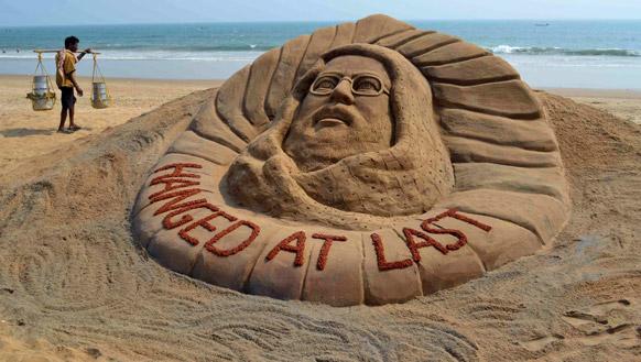 अफजल गुरु को फांसी दिए जाने के बाद पुरी के समुद्र तट पर रेत से बनाई गई अफजल की प्रतिमा।