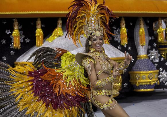 ब्राजील के साओपोलो में कार्निवल परेड के दौरान गविओस डा फियल संबा स्कूल की डांसर प्रस्तुति देती हईं।