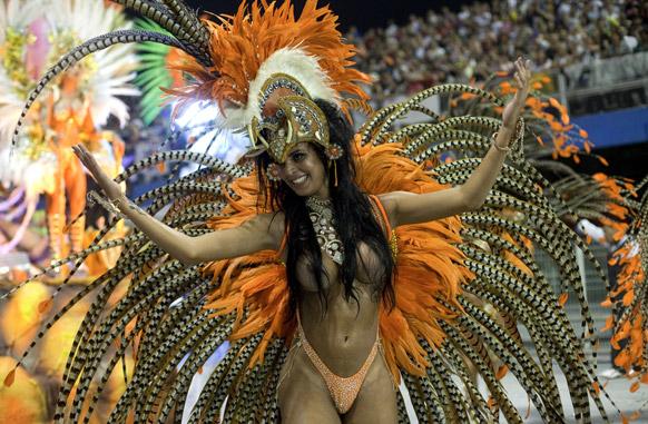 ब्राजील के साओपोलो में कार्निवल परेड के दौरान नेने डा विला मटिल्डे संबा स्कूल की डांसर प्रस्तुति देती हईं।