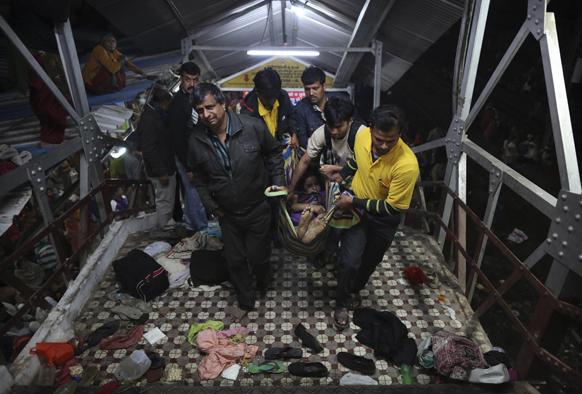 प्लेटफॉर्म पर मचे भगदड़ के बाद मृतकों के शव को ले जाते लोग।