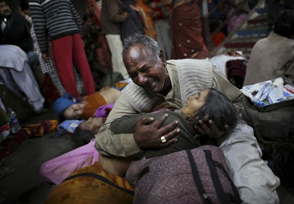 एक बुजुर्ग अपनी पत्नी की मौत के बाद रोता-बिलखता।