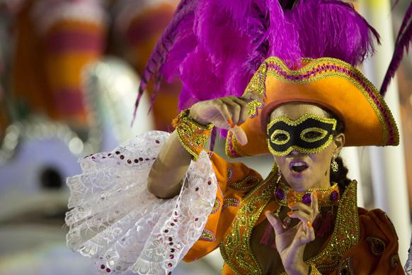 ब्राजील के रियो डी जनेरियो में कार्निवल परेड में के दौरान एकेडेमिकोस डो सल्गुएरियो संबा स्कूल की डांसर अपनी प्रस्तुति देती हुई।