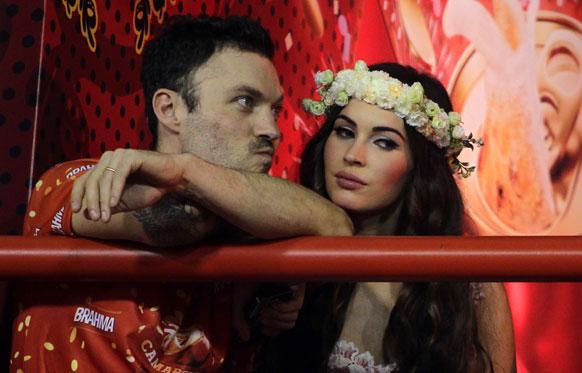 ब्राजील के रियो डी जनेरियो में कार्निवल परेड में के दौरान यूएस अभिनेत्री मेगना फॉक्स अपने पति ब्रायन ऑस्टिन ग्रीन के साथ।