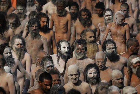 इलाहाबाद के संगम में महाकुंभ के अवसर पर पवित्र स्नान करने के बाद भस्म लगाकर रैली में हिस्सा लेते नागा साधु।