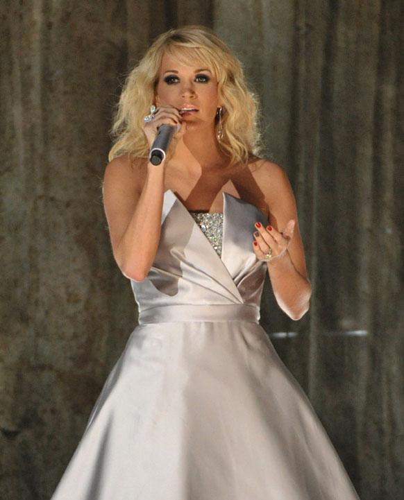 55वां ग्रैमी अवॉर्ड समारोह के दौरान अपनी प्रस्तुति देती हुईं कैरी अंडरवूड।