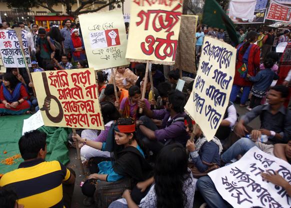 ढाका में जमात-ए-इस्लाम के नेता अब्दुल कादर मोल्लाह को फांसी की सजा देने की मांग को लेकर प्रदर्शन करते कार्यकर्ता।