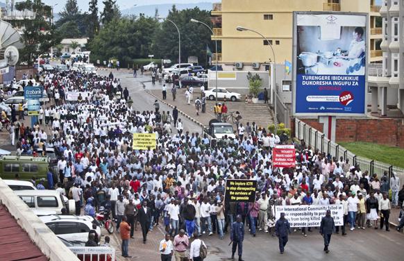 रवांडा में जनसंहार पीड़ित अपनी मांगों को लेकर प्रदर्शन करते हुए।
