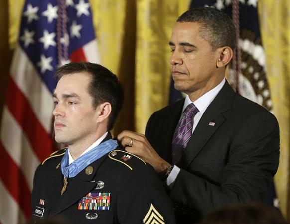ह्वाइट हाउस में रिटायर्ड स्टाफ सर्जेंट क्लिंटन रोमेशा को विशिष्ट वीरता पदक से सम्मानित करते राष्ट्रपति बराक ओबामा।