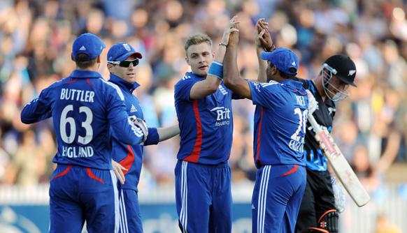 हैमिल्टन में टी-20 मैच में न्यूजीलैंड के खिलाड़ी हामिश रदरफोर्ड के आउट होने पर खुशी का इजहार करते इंग्लैंड के खिलाड़ी।