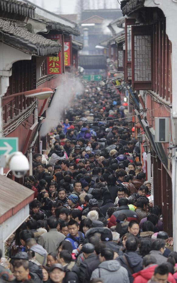 चीनी ल्यूनर नव वर्ष के तीसरे दिन शंघाई की एक गली में लोगों का हुजूम।