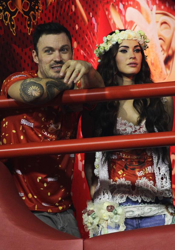 ब्राजील के रियो डी जेनरो में कार्निवल परेड के दौरान अमेरिकी अभिनेत्री मेगना फॉक्स अपने पति ब्रायन ऑस्टिन के साथ।