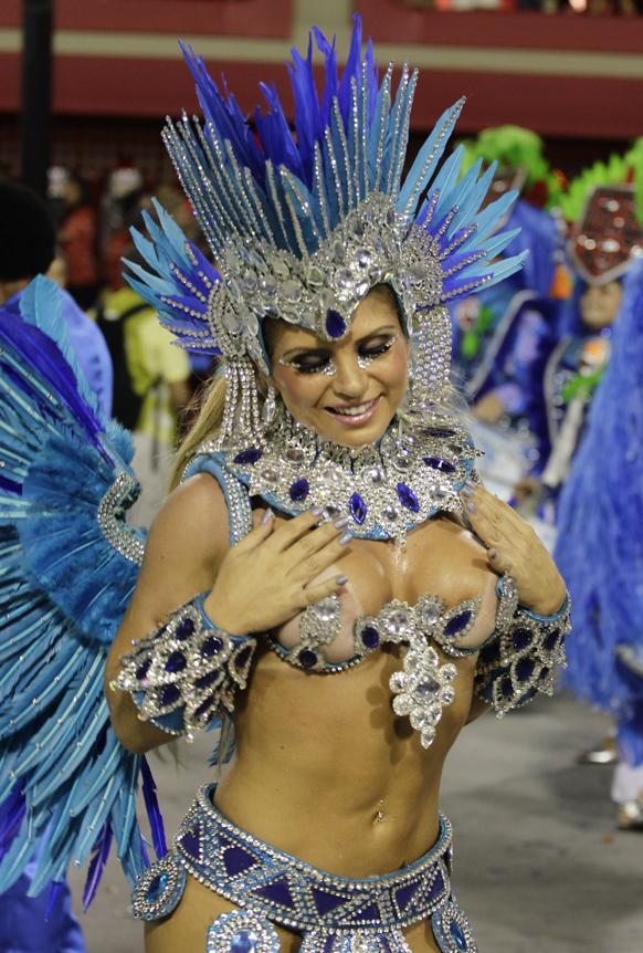 ब्राजील के रियो डी जेनरो में कार्निवल परेड के दौरान पोर्टेला सांबा स्कूल की डांसर अपनी प्रस्तुति देती हुईं।